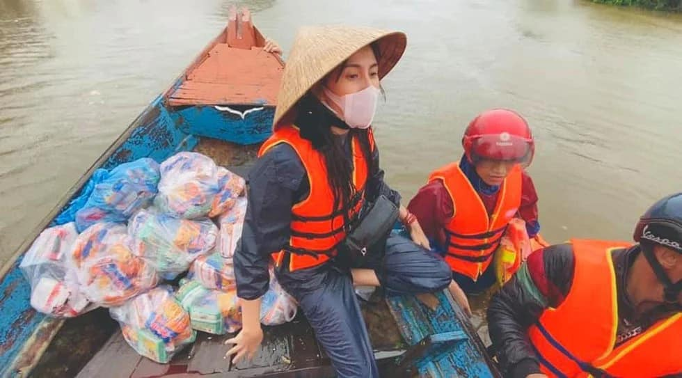Về thiên tai ở miền Trung, côđã lên tiếng kêu gọi và trực tiếp đi vào vùng lũ cứu trợ,nhiều ngày lênh đênh trên nước lũ để đưa nhu yếu phẩm và tiền mặt đến tận tay các hộ dân.