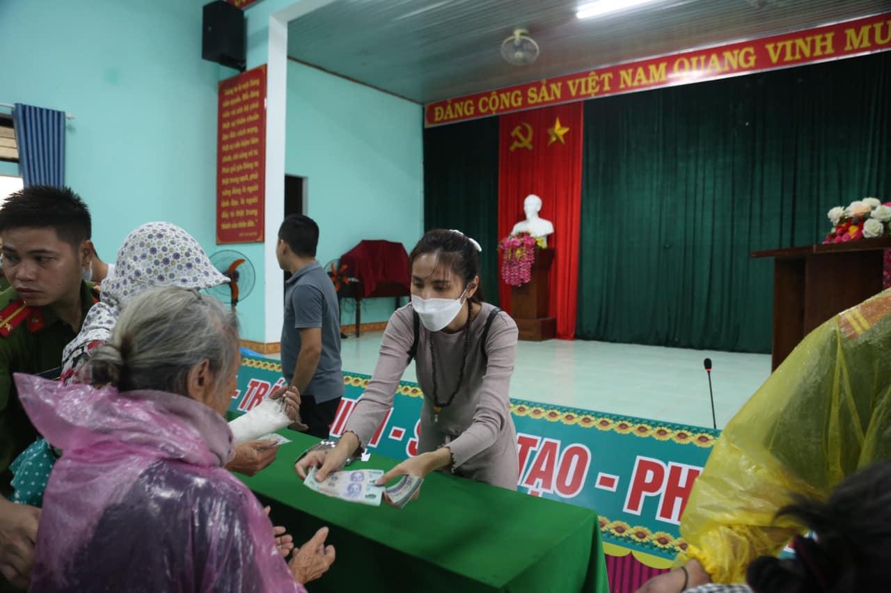 Nhiều hộ dân ở các tỉnh miền Trung gồm: Nghệ An, Hà Tĩnh, Quảng Bình, Quảng Trị, Thừa Thiên - Huế, Quảng Nam, Quảng Ngãi đều nhận được tiền cứu trợ từ quỹ thiện nguyện của 'cô Tiên'.