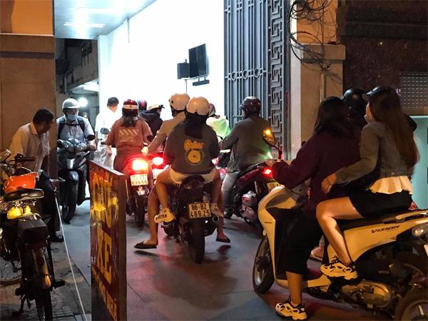 Người dân TP.HCM tìm bãi trông giữ xe