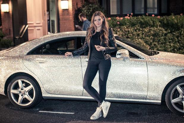 Chiếc xe Mercedes CLS 350 đã thuộc hàng 'đẳng cấp' rồi nhưng 1 triệu viện pha lê Swarovski phủ đầy trên đó mới thực sự làm người ta choáng váng.