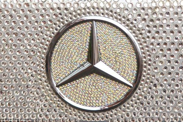 Ô tô đính 1.000.000 viên pha lê lấp lánh thì trông sẽ như thế nào? Nếu bạn chưa tưởng tượng ra thì hãy xem chiếc Mercedes từng gây 'náo loạn' MXH này 5