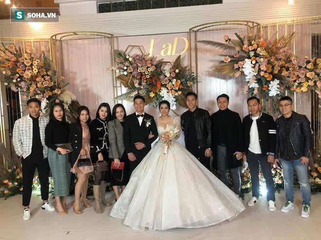 Thầy Park chúc mừng Bùi Tiến Dũng khi trung vệ tuyển Việt Nam kết hôn với cô dâu Khánh Linh.