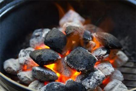 Cảnh giác với làn khói 'tử thần' do đốt than sưới ấm trong mùa đông. Ảnh minh họa