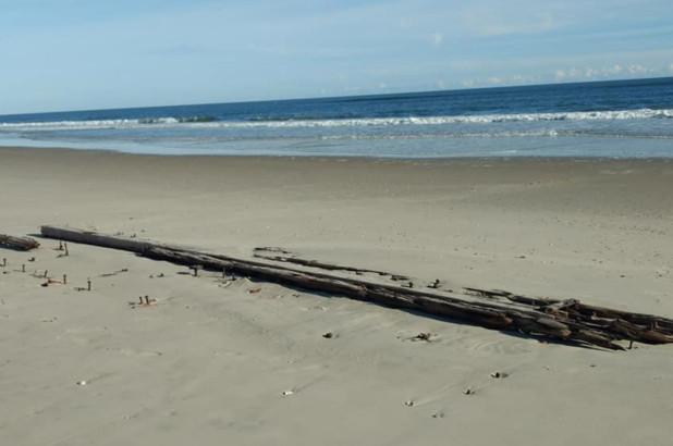 Xác tàu đắm bí ẩn nổi lên từ cát ở bãi biển Bắc Carolina