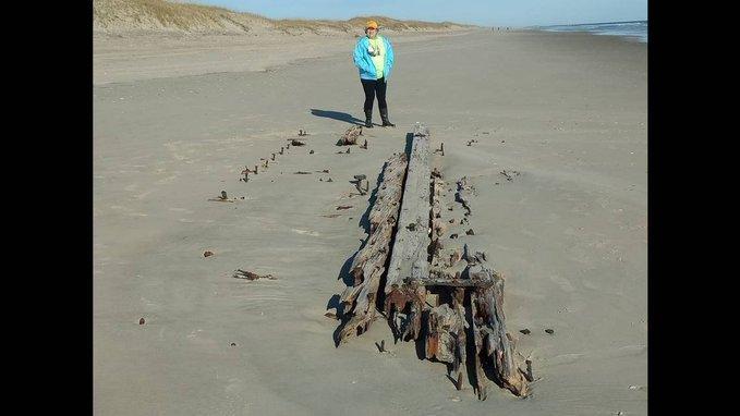 Xác tàu đắm bí ẩn nổi lên trên cát ở bãi biển Carolina 1