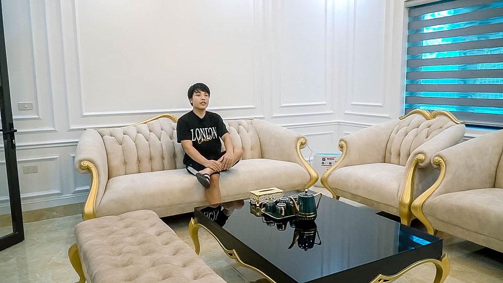Khu vực phòng khách với những chiếc ghế khiến người ta liên tưởng đến cuộc sống xa xỉ.