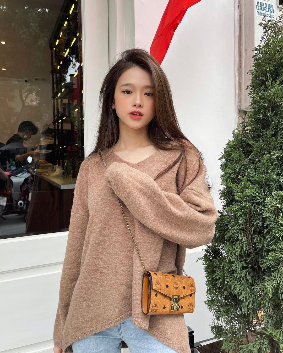 Nhiều fan cho biết thích hình ảnh trẻ trung, năng động của Linh Ka khi mặc kín đáo hơn.