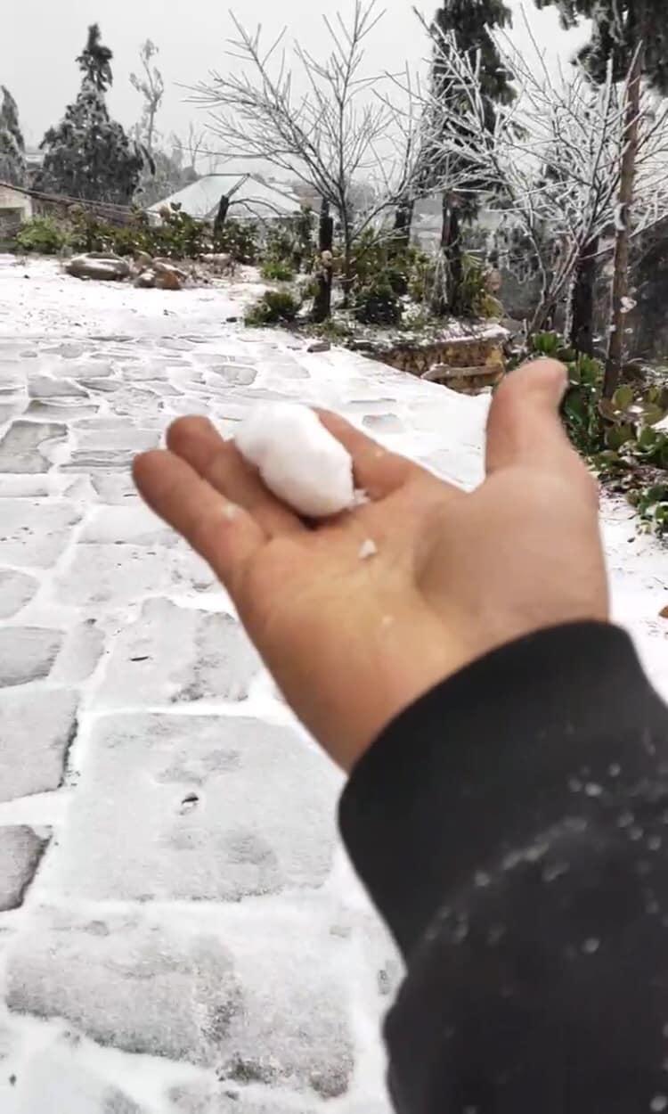 Đây là lần đầu tiên có tuyết rơi trong mùa đông năm nay ở vùng núi cao Lào Cai. Ảnh VTV.