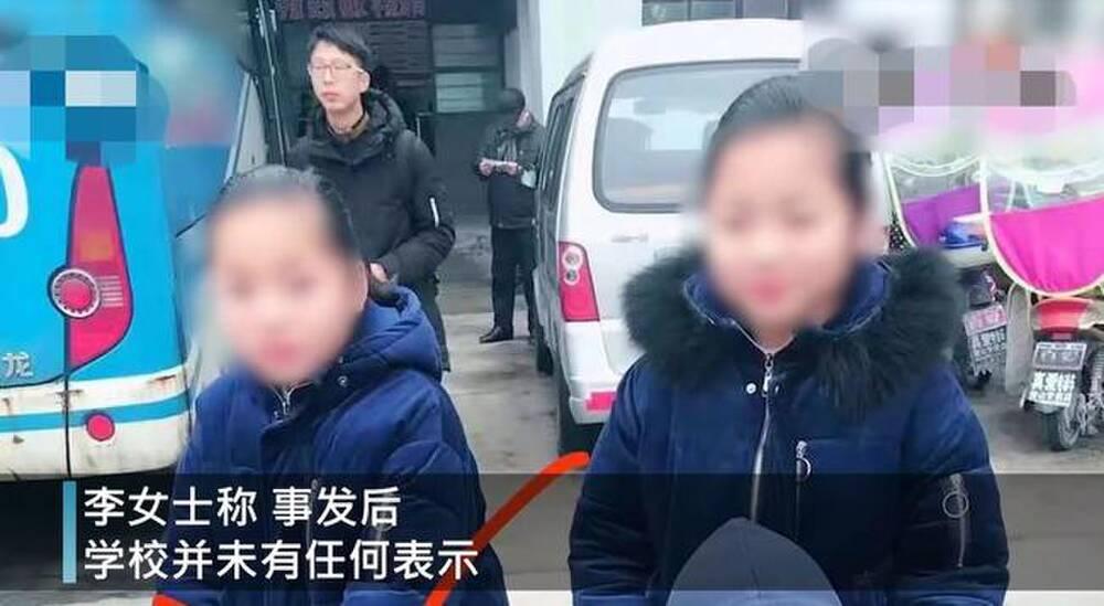 Lý Di và Lý Lạc bị giáo viên nghi ngờ về kết quả thi, buộc 2 bé phải kiểm tra lại.