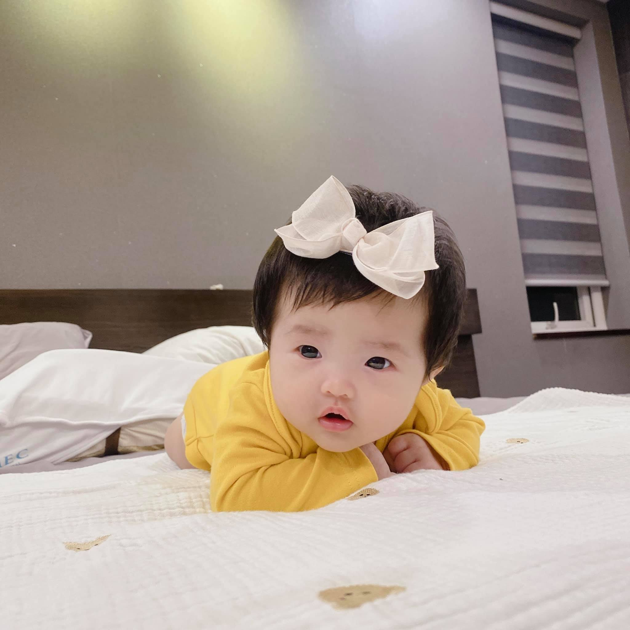 Đông Nhi đăng loạt ảnh cận cảnh con gái, dân mạng: Đích thị là 'đẻ thuê' rồi! 1