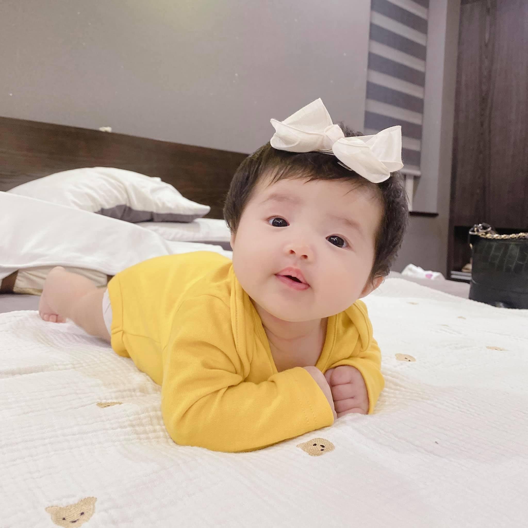 Đông Nhi đăng loạt ảnh cận cảnh con gái, dân mạng: Đích thị là 'đẻ thuê' rồi! 2