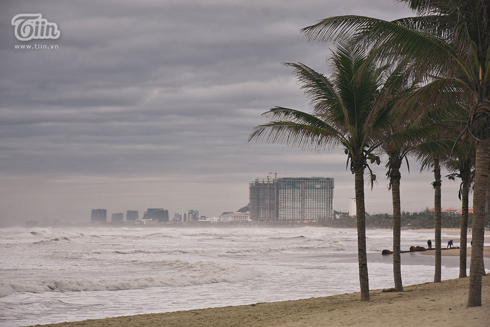 Không khí lạnh tăng cường những khu vực như biển có xuất hiện sóng to tạo cảm giác như bão.