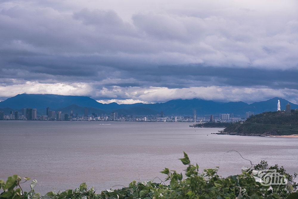 Những ngày này, bán đảo Sơn Trà được bao phủ bởi lớp mây dày tạo nên cảnh đẹp hiếm có.