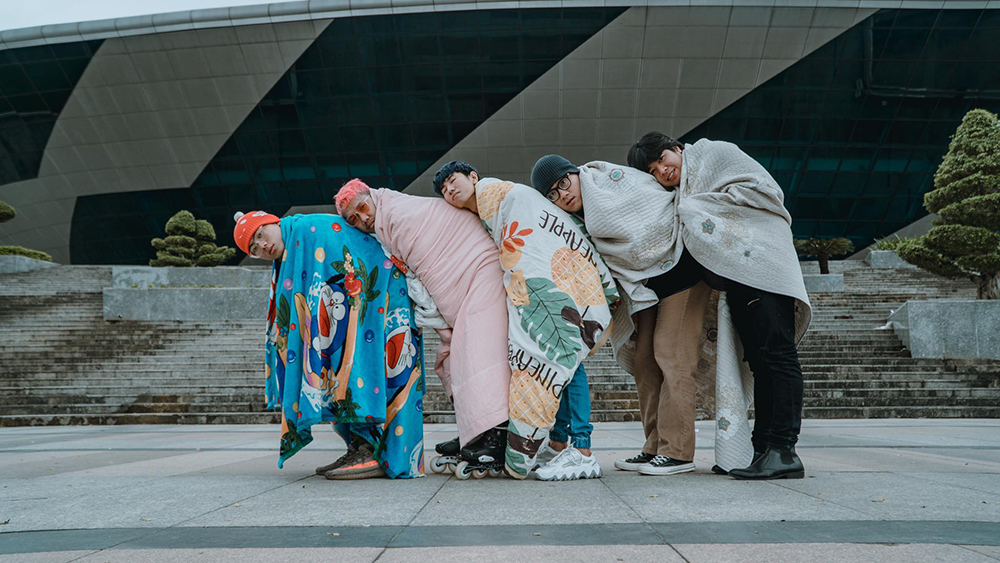 Tạo dáng tựa vào vai nhau check-in đĩa bay huyền thoại ở Cung thể thao Tiên Sơn