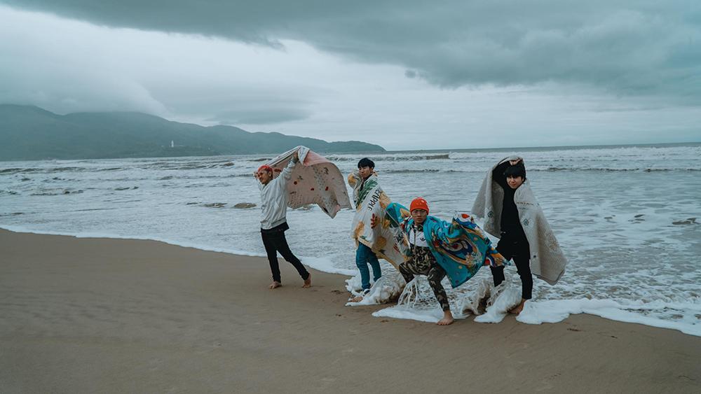 Đến Đà Nẵng du lịch 'đối diện' thời tiết lạnh tê tái, nhóm bạn thân lên ý tưởng quấn chăn check-in mọi nẻo đường 2