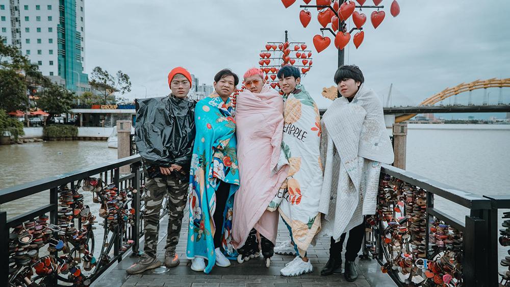 Đến Đà Nẵng du lịch 'đối diện' thời tiết lạnh tê tái, nhóm bạn thân lên ý tưởng quấn chăn check-in mọi nẻo đường 6
