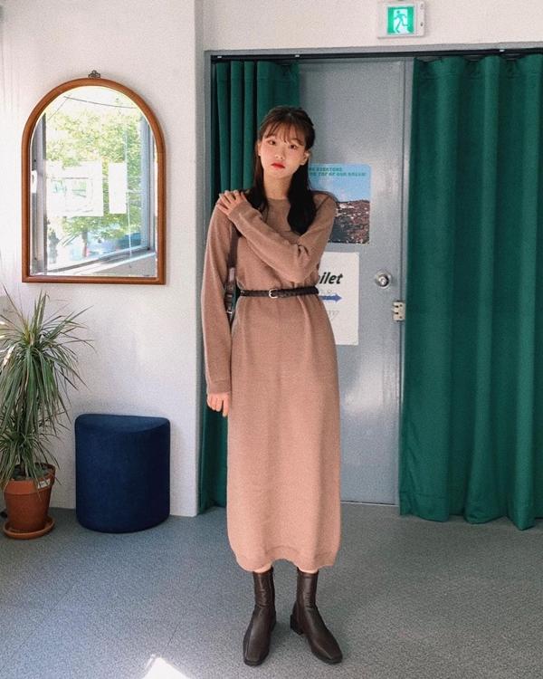 Nếu sợ diện váy len dáng suông trông già và nhàm chán, vậy kết hợp thêm một chiếc thắt lưng da bản nhò cùng đôi boots mũi vuông nữa là thành combo tuyệt vời.