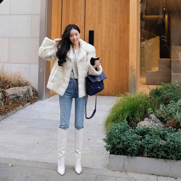 Dù quần skinny jeans đã không còn chiếm thế thượng phong, nhưng nếu kết hợp kiểu quần này với boots cao ngang gối trendy, bạn sẽ có ngay set đồ xịn sò, sành điệu. Để đổi gió, thay vì những đôi boots màu đen quen thuộc, bạn có thể chọn cho mình một phiên bản màu trắng.