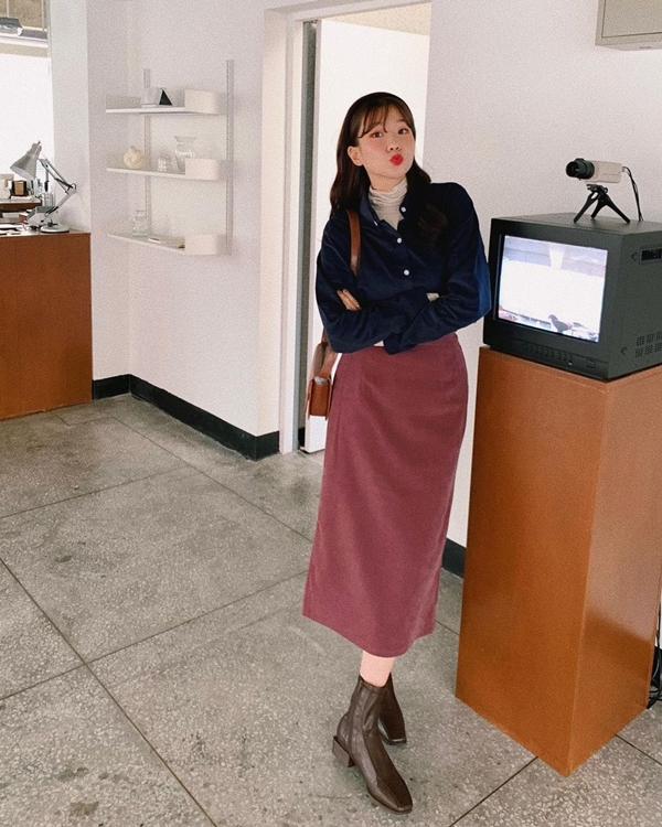 Áo cổ lọ, sơ mi, chân váy dài vàboots mũi vuông cho bạn công thức mặc đẹp mùa lạnh hay ho, diện lên vừa nữ tính, vừa phá cách.