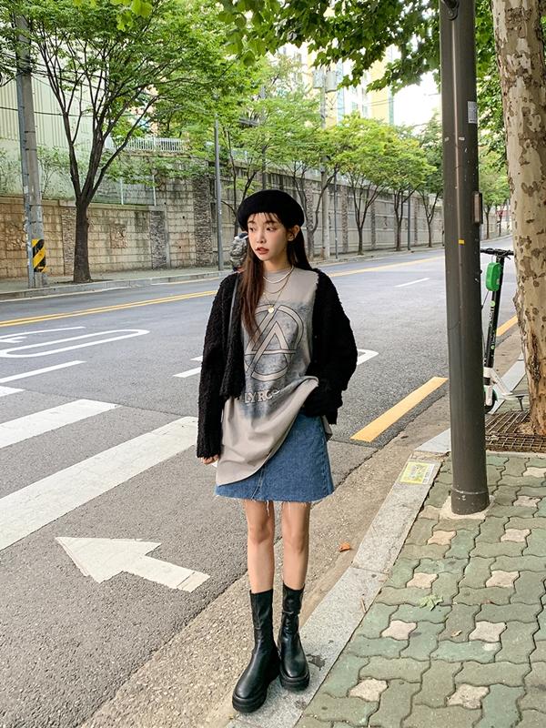 Boots đế độn thấp dưới gối mix với chân váy denim ngắn thì chuẩn chẳng cần bàn thêm. Nhưng hãy thử mix cùng một chiếc áo thun oversized, khoác thêm bên ngoài chiếc áo lông dáng lửng là bạn đã có ngay set đồ sang xịn như gái Hàn.