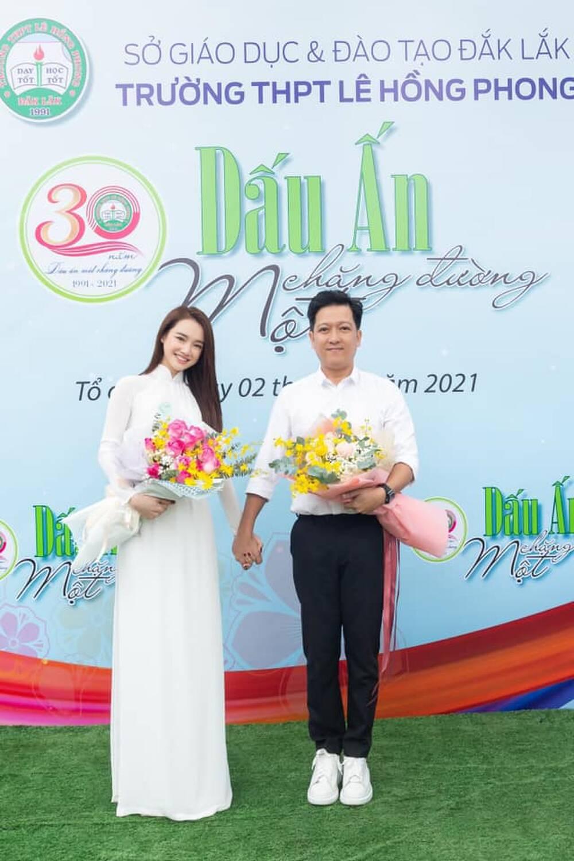 Trường Giang cùng Nhã Phương tham dự lễ Sơ kết tại trường THPT Lê Hồng Phong thuộc xã Ea Phê, huyện Krông Pắk, tỉnh Đắk Lắk