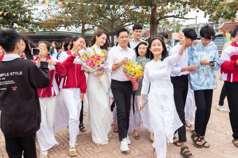Cặp đôi liên tục được vây kín để chụp hình không khác gì các idol đình đám.