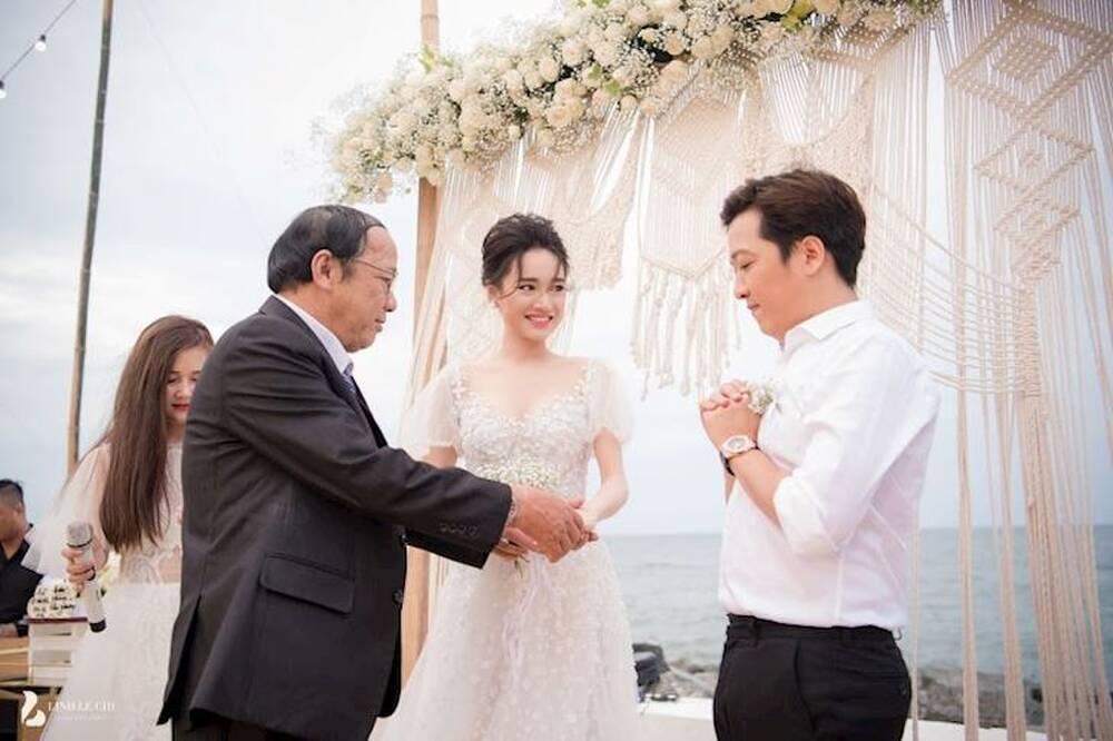 Khoảnh khắc ông nắm tay con gái trao cho con rể khiến nhiều người không khỏi xúc động
