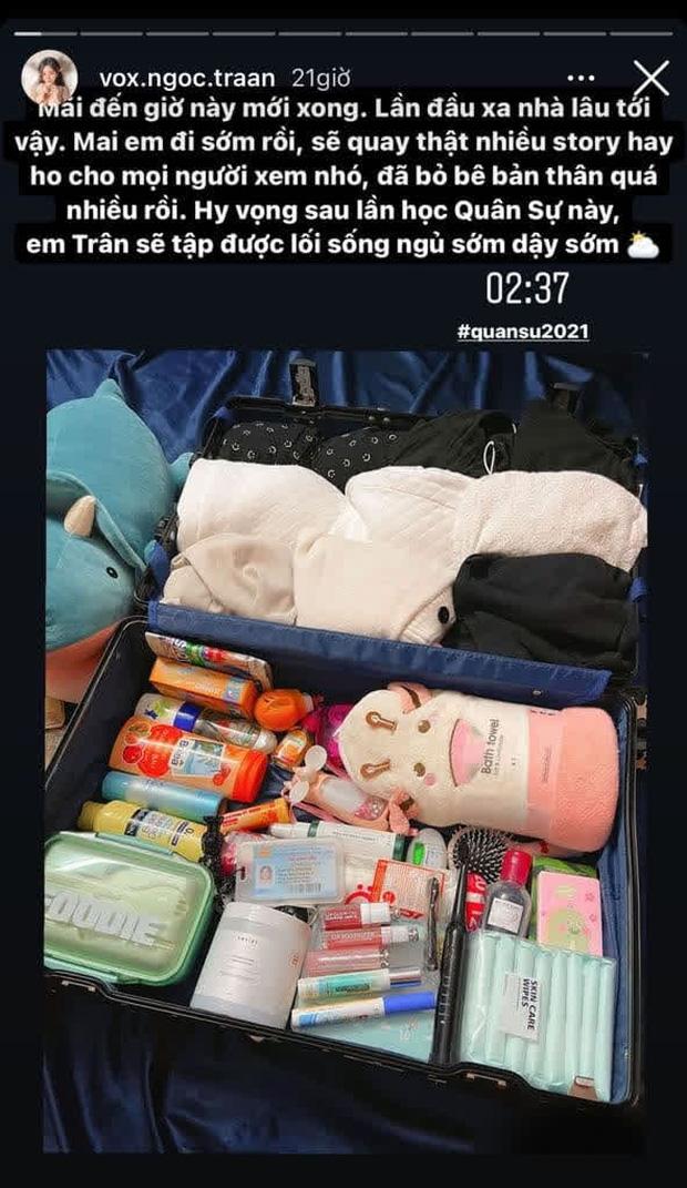 Cô nàng mang 1 vali toàn đồ trang điểm đi học quân sự.