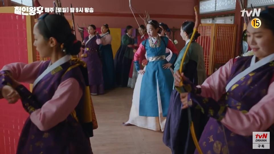 Phía bên hoàng hậu cũng mạnh dạn thamgia bắn cung.