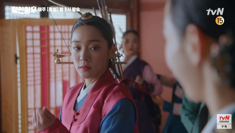Hwa Jin liếc xéo So Yong và tỏ thái độ khinh thường vì bắn cung là môn sở trường của cô.
