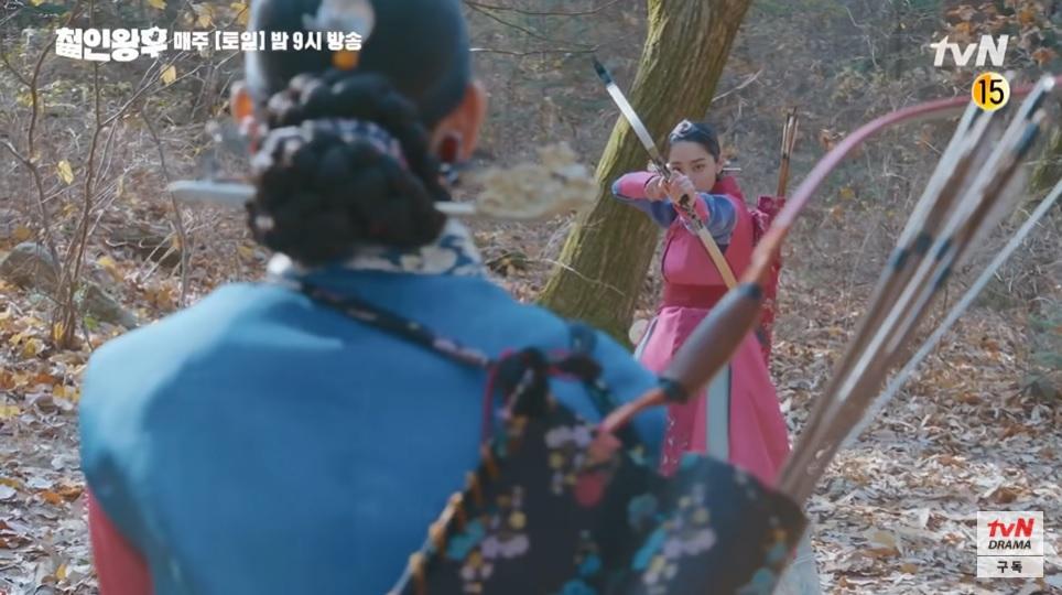 Rồi tự nhiên chĩa cung tên về phía So Yong làm gì?