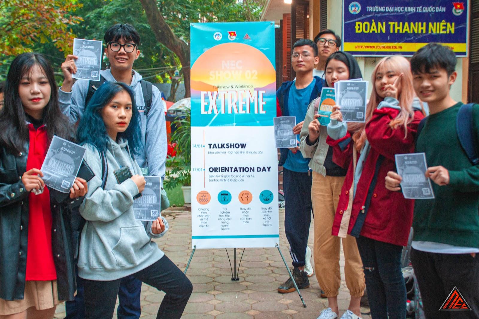 Các bạn sinh viên quan tâm đến sự kiện tại bàn Truyền thông của EXTREME