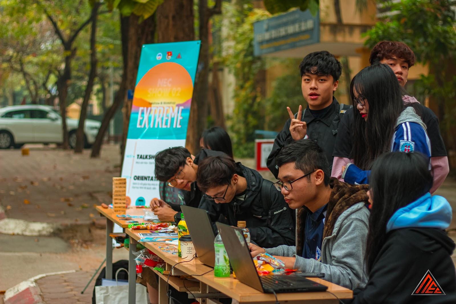 BTC và các Thành viên CLB trực bàn Truyền thông tư vấn giúp các bạn sinh viên