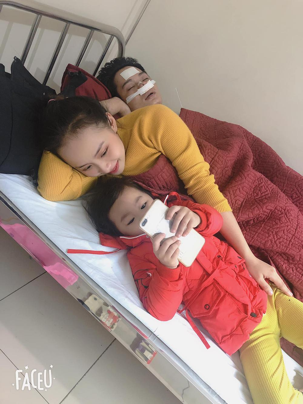 Vợ con luôn bên cạnh chăm sócsuốt thời gian điều trị bệnh khiến anh Nhânvô cùng cảm động
