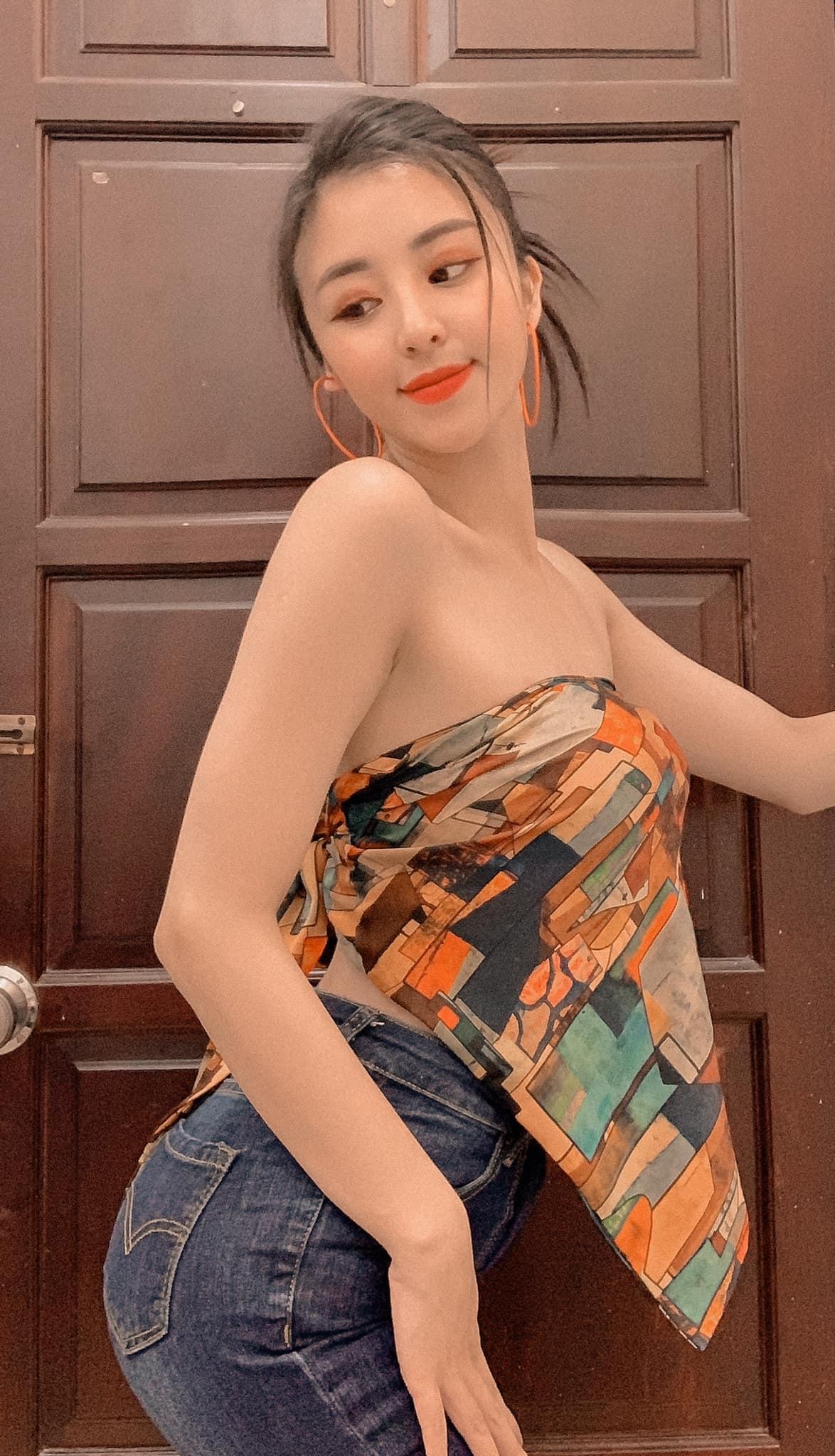Một vài hình ảnh khác của 'hotgirl bánh tráng trộn' trên trang Facebook cá nhân của mình