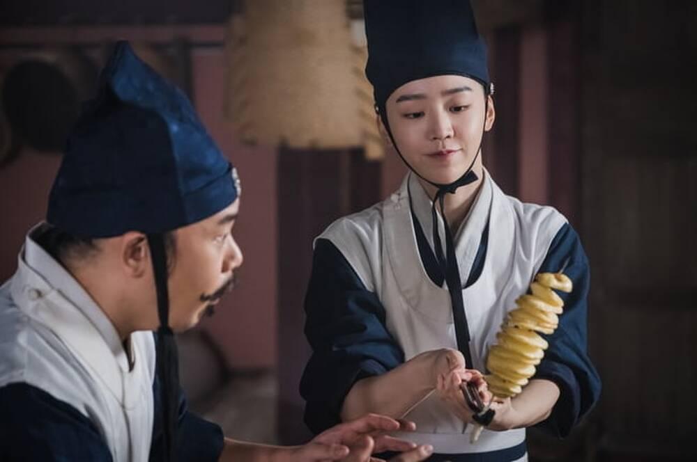 'Mr. Queen': Sợ bị trừ khử, Shin Hye Sun phải ra chiêu làm 'khoai tây lốc xoáy' để củng cố vị trí 1