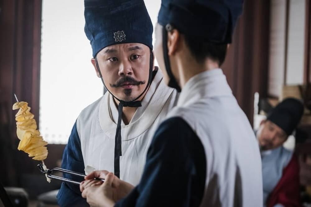 'Mr. Queen': Sợ bị trừ khử, Shin Hye Sun phải ra chiêu làm 'khoai tây lốc xoáy' để củng cố vị trí 2