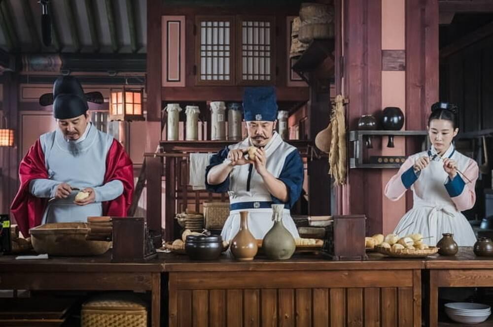 'Mr. Queen': Sợ bị trừ khử, Shin Hye Sun phải ra chiêu làm 'khoai tây lốc xoáy' để củng cố vị trí 3