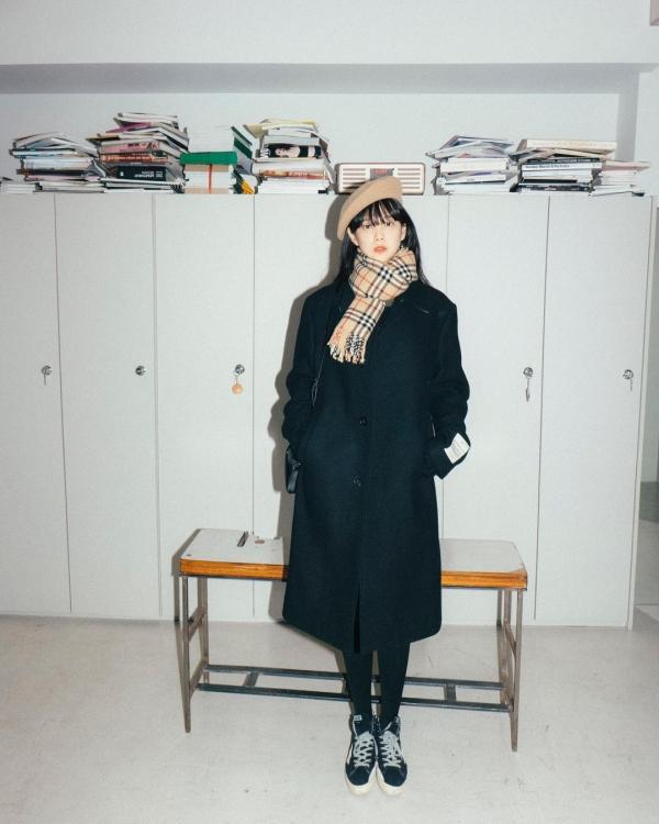 Tông màu tối hợp với mùa lạnh nhưng dễ khiến người mặc 'dừ' hơn tuổi. Nữ diễn viên Yoon Seung Ah chọn phối với các items trẻ trung và mang gam màu be sáng như mũ nồi, khăn quàng cổ để mang cảm giác năng động, trẻ trung.