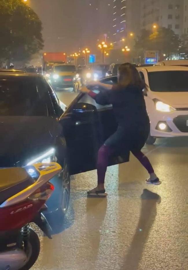 Hình ảnh trong clip đánh ghen tại đường Lê Văn Lương, Hà Nội.