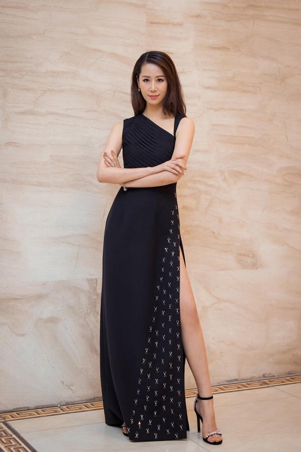 Xuất hiện tại sự kiện, Dương Thùy Linh thu hút mọi sự chú ý bởi nhan sắc xinh đẹp, vóc dáng mảnh mai gợi cảm.
