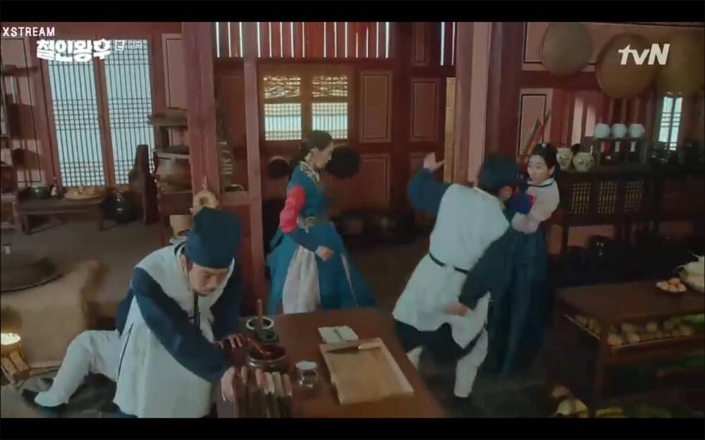 'Mr. Queen' tập 12: Shin Hye Sun đau khổ vì Kim Hyun Jung bị nổ chết do thuốc súng 13
