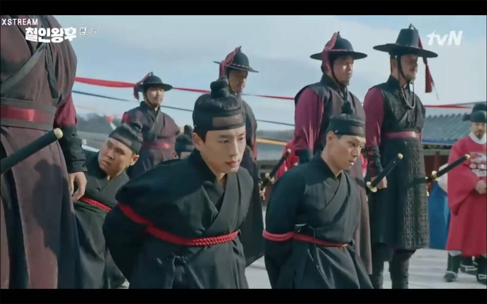 'Mr. Queen' tập 12: Shin Hye Sun đau khổ vì Kim Hyun Jung bị nổ chết do thuốc súng 24