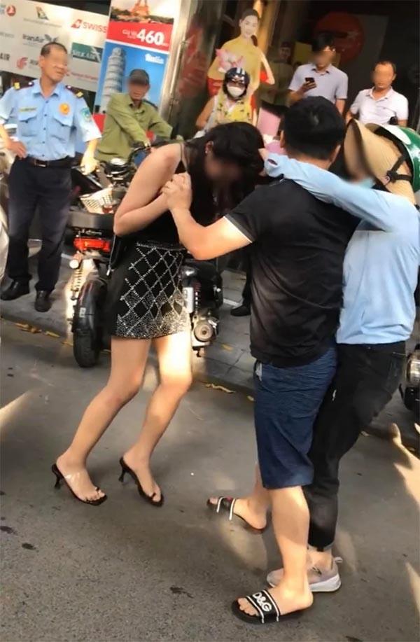 Cô gái gây xôn xao vì bị 'chính thất' đánh ghen trên phố Lý Nam Đế.