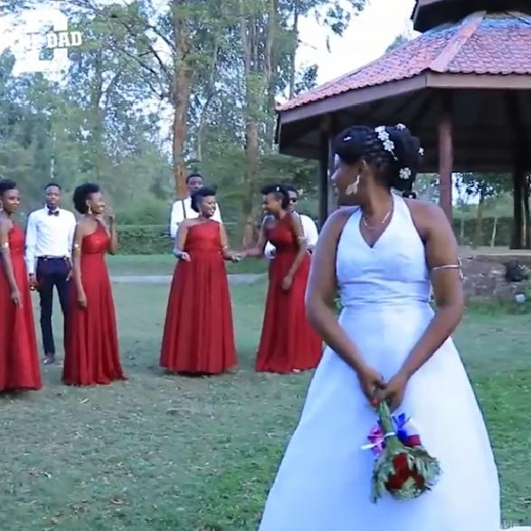 Cô dâu chuẩn bị ném hoa cưới