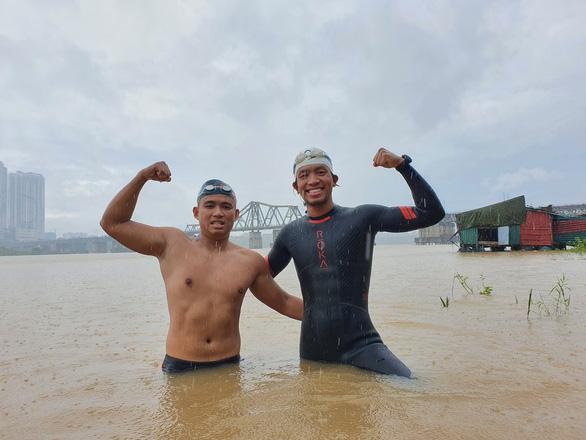 Hai VĐV phong trào Dương Minh Quang (trái) và Nguyễn Ngọc Khánh hoàn thành thử thách bơi 200 km từ Hà Nội đến cửa biển Thái Bình. Ảnh Nguyễn Ngọc Khánh