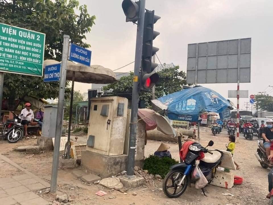 Cụ bà bán rau ở 1 góc nhỏ ngã tư Sài Gòn. Ảnh Phạm Minh Khương.