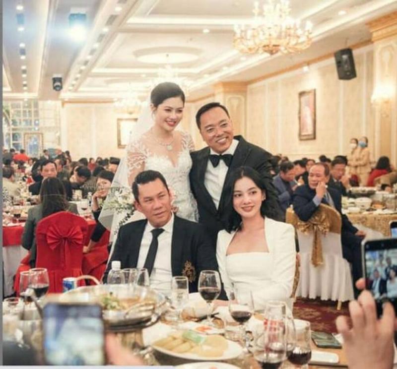 Trước đó, Đức Huy đã đưa người đẹp tới Hải Phòng tham dự đám cưới 1 người bạn