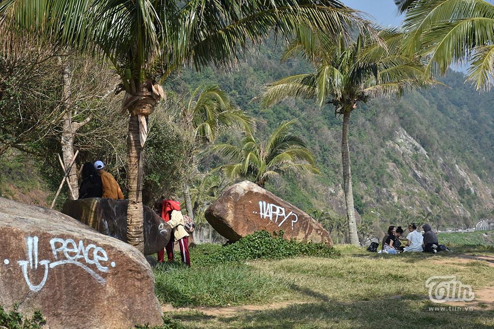 Trong đó, tâm điểm là cung đường khỉ - con đường đẹp nhất ở bán đảo với một bên tựa núi một bên là biển, thiên nhiên hùng vĩ. Tại đây, có nhiều không gian để nghỉ ngơi, hóng gió nhưng nhiều người trẻ đang dần biến nó thành 'nhà riêng'.