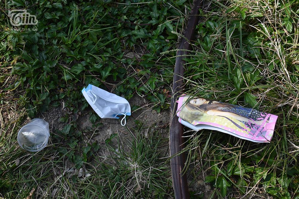 Cạn lời với tình trạng vứt rác đổ bộ lên bán đảo Sơn Trà (Đà Nẵng): Đi chơi đừng để quên ý thức! 11
